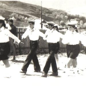Дети шагают по улицам села Липовены.