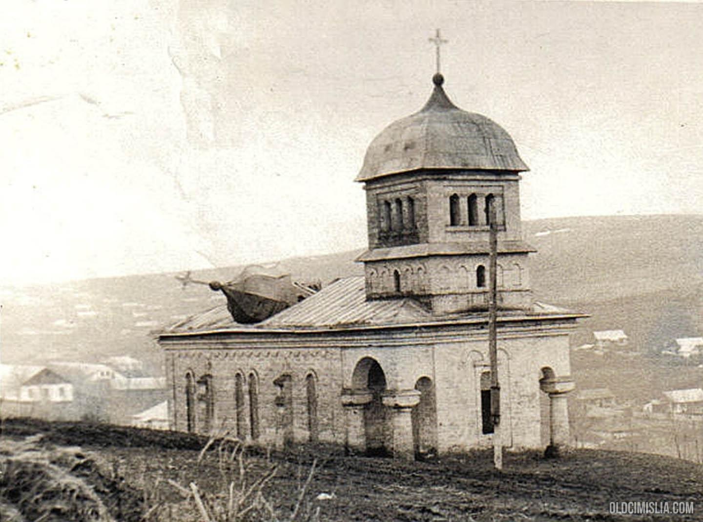 Поврежденная церковь села.