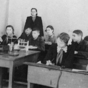 Ученики 7 класса. Школа находилась в бывшем детском доме (рядом с санэпидемстанцией). 1956 г. Источник: Оля Степанова.