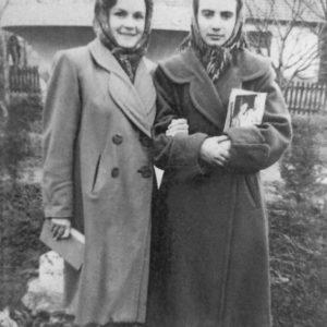 Раиса Урсуленко и Валентина Белова. Фото было сделано в 1956 году на месте нынешнего мемориала. В то время там был небольшой сквер, где стоял импровизированный памятник красноармейцу Шлихтингу. На заднем плане мы видим большой белый вазон. Такие вазоны стояли в этом сквере. Источник: Оля Степанова.