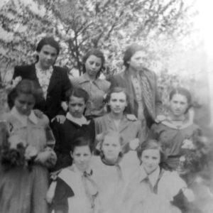 Выпускной 7 класс. 1956 г. Школа находилась в бывшем детском доме (рядом с эпидемиологическим диспансером). Источник: Оля Степанова.