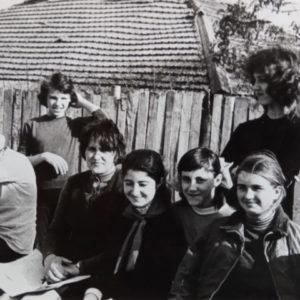 Ученики школы №2 вместе с учителем биологии Аллой Никитичной.
