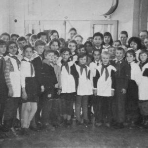 В холле школы №2 с гостями из Вьетнама.