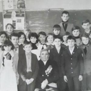 """Школа №2, класс 7 """"В"""". 1985 год. Встреча с ветеранам ВОВ - Вырланом Т. (дедушка Лили Зайцевой), окончившим войну в Германии. Источник: Алёна Корниенкова."""