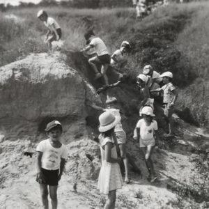 Группа детей в чимишлийских оврагах. Источник: Екатерина Арамэ.