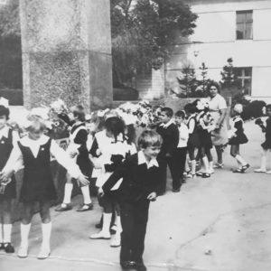 Ученики возлагают цветы Ленину на центральной площади. Источник: Екатерина Арамэ.