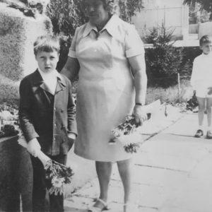 Школьники возлагают цветы к памятнику. История: Екатерина Арамэ.
